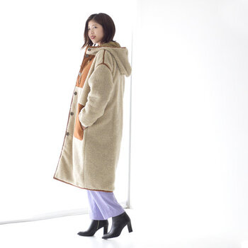 ボアとキルティングのリバーシブルになった2Wayで着られるコート。その日の気分やコーデに合わせて楽しめます。ストンとしたシンプルなシルエットながら、パイピングやパッチポケットがアクセントになっています。