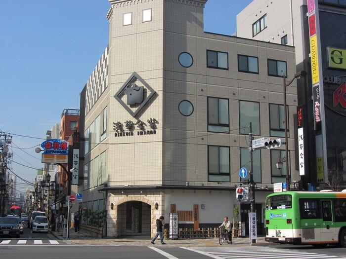 すき焼きの名店「浅草今半」の創業はなんと1895年。敷居が高そうに感じられますが、実はランチタイムには限定数のお得なメニューも登場するんです。国際通り本店はつくばエクスプレスの浅草駅からすぐ、地下鉄などの浅草駅からは歩いて10分くらいになります。