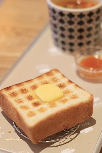 シンプルなトーストは、なんと炭で丁寧に焼いたもの。食パン本来の美味しさが際立ちます。また、ハムカツサンドやフルーツサンドなどもランチに人気のメニューです。