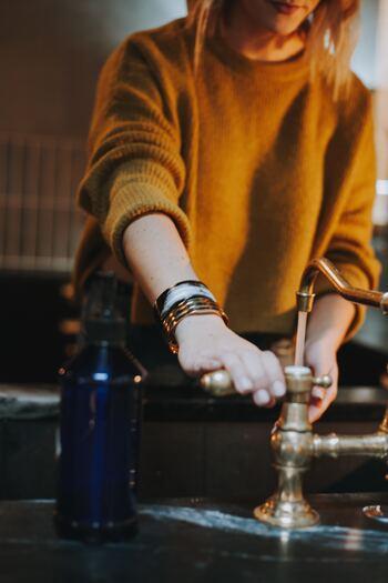 薄手のグラスは特に少しの衝撃や力で割れてしまいやすいもの。力を込めてゴシゴシ洗わず、優しく包むように洗いましょう。