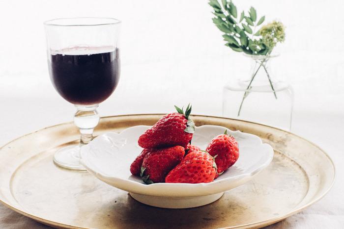 長野県東御市特産品でもある胡桃を使ったくるみガラスは、胡桃の殻を燃やした灰をガラスの原料と混ぜて溶かした淡い緑色のガラスです。ぽってりして厚みのあるワイングラスは、どこか愛らしさを感じさせてくれます。