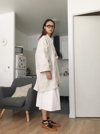 カンフー風ジャケットに黒ぶち眼鏡、編み上げフラットシューズなど、クセのあるアイテムをシンプルな色使いでまとめて。