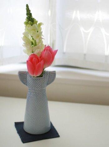 リサ・ラーソンのドレス型の一輪挿しは、そのままポンと置いていてもサマになるアイテム。鮮やかなお花がドレスから咲いているように見えるのが素敵です。