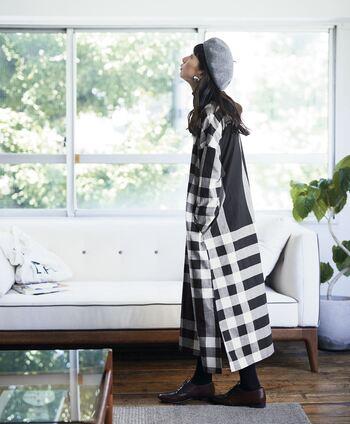 まるで一枚の布を羽織っているかのようなシルエットが可愛いロング丈のチェックワンピースは、ベレー帽と革のブーツで秋らしさを出して。美術館めぐりが似合いそうです。