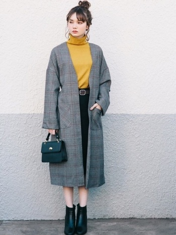 ロング丈のグレンチェック柄コートは今季間違いなくコーデの主役になるアイテムです。シンプルになりすぎないように、トップスは色味のあるものを選んで。