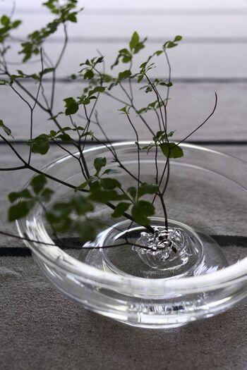 平らなフラワーベースには、長さのある植物を飾るのは難しいですよね。そんな時は「花留め」という剣山の役割をするアイテムを使うと◎大振りの枝ものでもしっかり支え、おしゃれに飾ることができます。