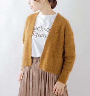 ふわふわで軽い着心地が魅力的な、ラクーン(アライグマ)100%素材のカーディガンです。キャメル系のカラーが上品さをしっかり演出。シンプルなTシャツに合わせるだけでも、秋冬らしいコーディネートに仕上がります。
