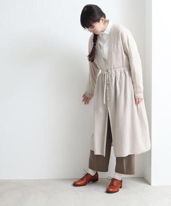 編み目の細かさが特徴の14ゲージニットのカーディガンは、厚すぎない素材感で寒い季節のレイヤードスタイルにもぴったりなアイテム。アウターの下に重ねも着ぶくれせず、軽やかに着こなせます。