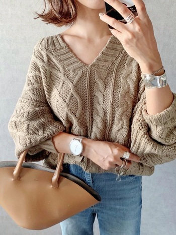 ざっくり編みのニットは1枚で存在感があるので、コーディネートの主役になってくれます。 シンプルにデニムと合わせてもサマになるので秋冬に重宝。