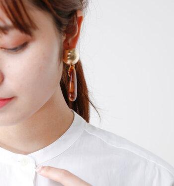 トップにはゴールドのメタルドームをあしらい、ぶら下がるように大ぶりなドロップモチーフを組み合わせたピアスです。ドロップ部分のマーブルデザインが、季節感とトレンド感をアピール。白シャツやTシャツなど、シンプルなアイテムと組み合わせると耳元の印象が際立ちます。