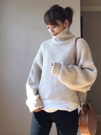 シルエットがゆったりしていても、リブ編みのものを選べばモコモコしすぎずスッキリとクリーンな印象に。