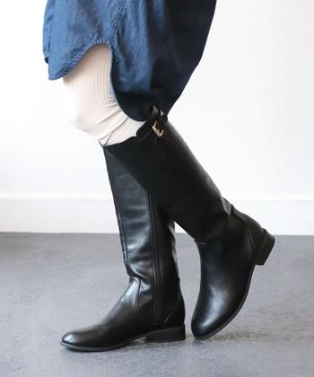 悩んだら、黒のロングブーツを選べばOK! カジュアルからフェミニンまで様々なコーデに合わせやすいのでオススメです。