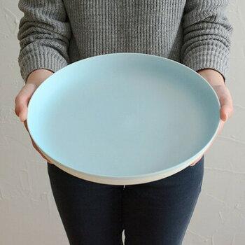 ちょっぴり深みのある大きめのプレートは、薄いブルーでナチュラルな印象に。メインの料理を乗せる食器としてはもちろん、来客時にお菓子などをちょっとずつ出す際にも活躍してくれます。