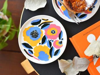 華やかなフラワーモチーフの、「ROSARIUM(ロサリウム)」のプレート。ちょっぴりレトロなデザインと、パキッとした原色カラーが特徴的な一枚です。お菓子用や取り皿として活躍してくれるサイズ感で、茶色やベージュ系の食材に豊かな色どりをプラスしてくれます。
