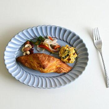 """オーバル型のブルーのプレートは、周囲に施した""""なみなみ""""のデザインが印象的な一枚。落ち着いたシックなテーブルコーディネートを楽しみたい日にも、ぴったりな食器です。"""
