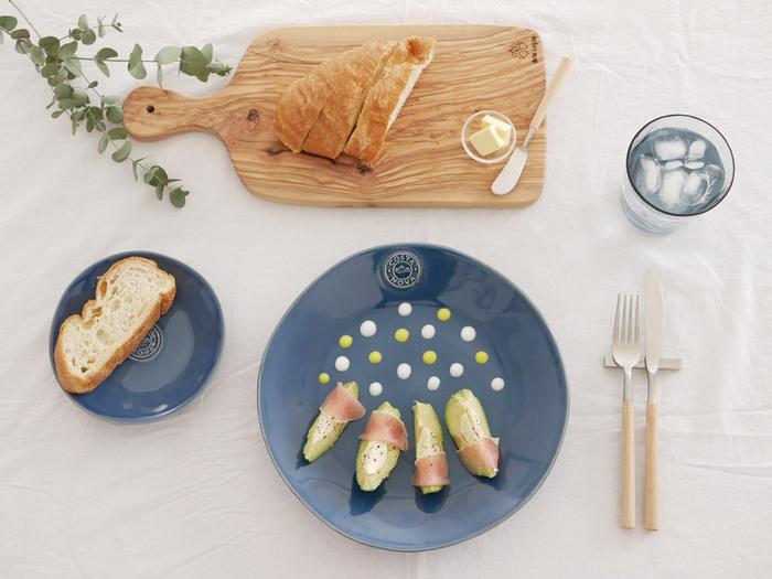 深みのあるデニムブルーが、食卓におしゃれさを演出してくれるプレートです。ピンクや白など、薄い色が良く映えますね。ストーンウェア製なので、オーブン・電子レンジ・食洗器対応の高い耐久性が魅力。シンプルで、様々な料理に合わせやすい一枚です。