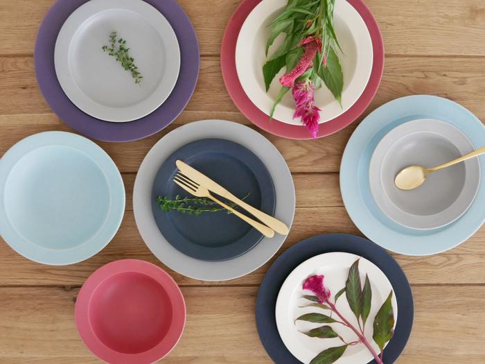 お皿の色を変えるだけで、食卓の雰囲気や料理の見え方はガラリと変わります。いつも使い回しやすいシンプルカラーばかり選んでしまうという方は、ぜひカラフルなプレートを追加してテーブルコーディネートをもっと楽しんでみてくださいね♪