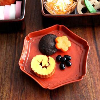 六角形の輪花皿は、赤系カラーでおめでたい日の食事にもぴったりな一枚。陶器素材で作られていますが、漆器のような風合いに仕上げているのが特徴です。取り皿やお菓子を入れる用の小皿としても活用できます。