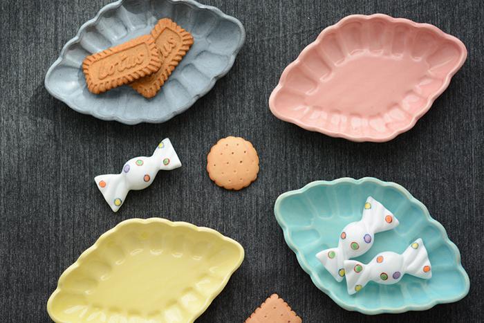 使い回しやすくシンプルに見える白いお皿を愛用している方は多いですが、料理をより美味しそうに見せるためにはカラフルなお皿を上手に活用するのがおすすめです。 今回はそんな素敵なお皿を、印象的なカラー別にご紹介します。