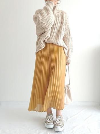 プリーツスカートもトレンドアイテムとして今着たいアイテム。そんなプリーツスカートにニットを合わせるなら、ぜひ着丈短めのざっくりニットを。スカートとのバランスが取りやすく、柔らかさがプラスされ女性らしさ倍増です!