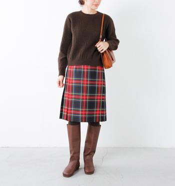 ロングブーツは膝丈スカートでも、ロングスカートでも合わせやすく、1点取り入れるだけでそれまでと全く違った印象を醸し出してくれます。またデニムや細身のパンツはもちろん、ワイドパンツ、レギンスなど手持ちの幅広いお洋服にマッチします。