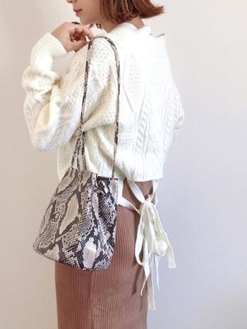 タイトめなスカートにざっくり編みニットを合わせるなら、少し着丈のものを選ぶとより女性らしく秋冬気分を楽しめます。