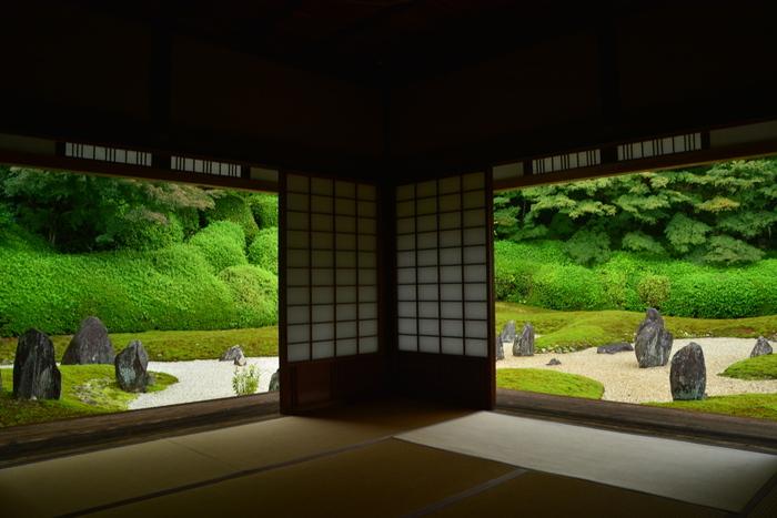 「波心庭」と呼ばれている枯山水の庭園。「煩悩がなければ、仏心という月は波に映る」という禅の言葉から名づけられました。白砂や苔の中に大小の石が配置されて動きを生んでいます。