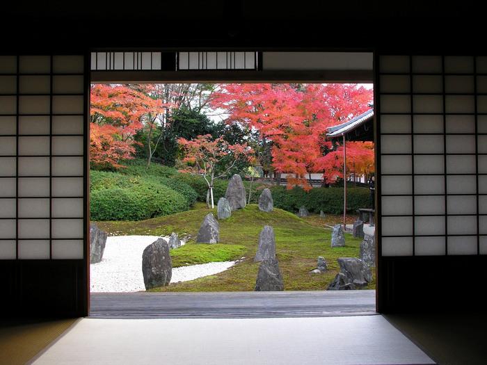 紅葉の時期には、もみじの鮮やかな赤と石とのコントラストが生まれます。東福寺は紅葉の名所として非常に有名で、紅葉シーズンには多くの人が訪れますが、塔頭である光明院では比較的静かに紅葉を楽しめます。