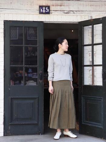 アイルランドの民族衣装を生産しているキナリノでもおなじみのブランド「O'NEIL OF DUBLIN」のプリーツスカート。リネン100%なのでプリーツのロングでも重たくならず軽快にはきこなすことができます。