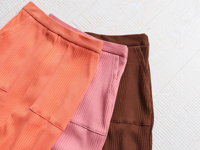 ポケット付きで、リブ素材なので腰回りに程よいフィット感があり、裾広がりのデザインは女性らしさを引き出してくれます。