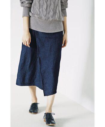 アクティブなイメージが強いデニム素材の台形スカートは、大きなタックが入っていることでひざ下のラインを綺麗に見せてくれます。