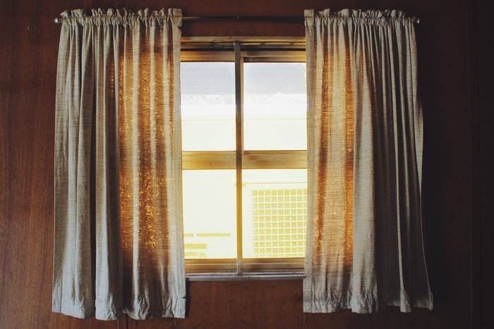 自宅のニオイは、自分ではなかなか気づきにくいもの。洗濯はしっかりしているつもりでも、自宅の環境が締め切ってほこりっぽく湿度が高い環境だと、せっかく洗った衣類にすえたような家のニオイが染み込んで体臭の原因となっている事も。