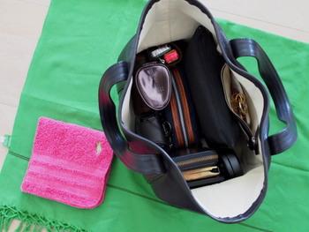こちらのバッグをお使いのときには、たくさんのポーチでアイテムをきちんと管理されています。がばりと大きく口が開くバッグの縦横にぴったりと合うサイズのポーチを複数使っているので、見た目もとてもきれいですね。