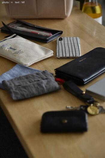 滑らかなフェルト素材なので、携帯やお財布などを傷つけてしまうこともありません。持ち手付きなので、バッグ間の移動もラクチンです。
