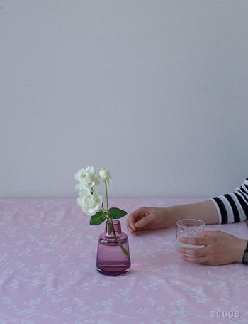 北欧好きさんに人気のホルムガードのフローラベース。カラーやサイズも豊富です。色合いがきれいなものには白いお花やグリーンを活けて、フラワーベースのカラーを活かして飾るといいですね。