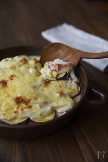 輪切りにしたさつまいもを電子レンジで加熱し、ホワイトソースとミックスチーズを乗せてオーブンでこんがり焼いたグラタン。じゃがいもや里芋を使うのもおすすめです。