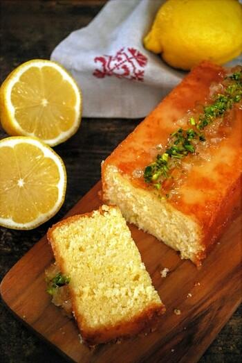 """爽やかにレモンが香る「ウィークエンドシトロン」。その名の通り、""""大切な人と週末を過ごす時に食べる""""ケーキのことだそう。  フレッシュなレモンの皮のすりおろしとレモン汁をたっぷり使って。心地よい日曜日に、ピクニックに持って行ったり、おうちのテラスでの爽やかなティータイムにいかがでしょうか?"""