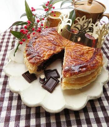 どの国でも新年ならではの文化や伝統があって面白いですよね。フランスでは「ガレット・デ・ロワ」にフェーブ(小さな陶器)を仕込んで、それに当たった人が王様(女王)として祝福されるという楽しい風習があります。  こちらのレシピは、冷凍パイシートにチョコレートクリームで簡単&濃厚に仕上げます♪