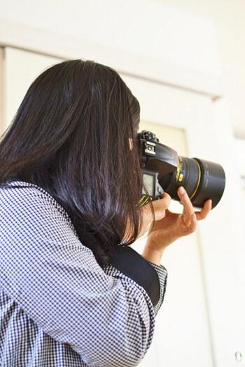 撮影はできるだけ明るい自然光のもとで行うのが基本です。自宅で撮影する場合は、日中の光が入る窓辺がおすすめ。窓際でも、壁際は影ができる部分ができてしまうため、中央付近で撮影するようにしましょう。
