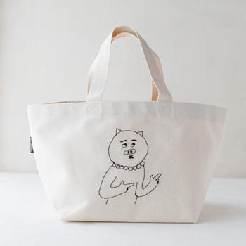 上でご紹介したミシン刺繍家senokotoによるバッグ。シンプルな生成りのバッグに、sennokotoのLINEスタンプをモチーフにした刺繍が施されています。