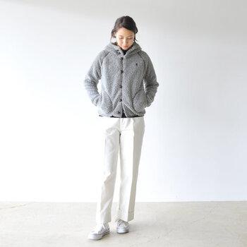 デザイン性と機能性を兼ね備えた「フリースジャケット」は、軽くて暖かくて着心地が良いので、今年の秋冬も手放せなくなりそうなアイテムです。 一枚でライトアウターとしてはもちろんのこと、コートとのレイヤードも楽しめる万能さも大きな魅力です。