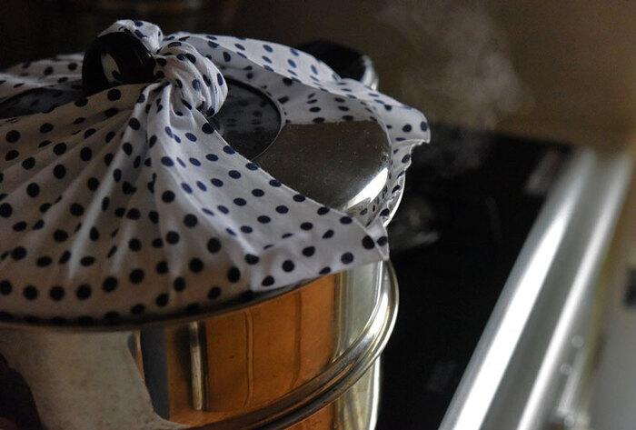 ステンレスなど鍋タイプの蒸し器の場合は、蓋にふきんや手ぬぐいなど布を巻き付けることをお忘れなく。これを怠ると、水滴が料理に落ちて水っぽくなってしまいます。はさむだけですと引火の恐れがありますので、折り込むか、写真のように結ぶのがおすすめです。