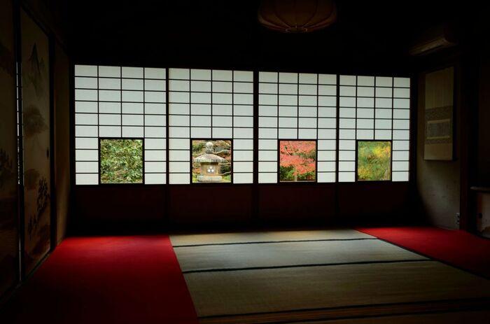 4つの障子窓が特徴的な「蓮華の間」。それぞれの窓からは、左から椿・灯籠・楓・松が見えるようになっていて、「しき紙の景色」と呼ばれています。