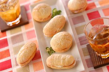 「ダコワーズ(ダックワーズ)」は、アーモンド風味のメレンゲを使った、サクサクふわっと軽い食感の焼き菓子。フランスの温泉地「ダクス」を由来としています。フランスでは元々はホールケーキの底生地として使われていて、手のひらサイズの小判型は日本生まれのもの。  こちらのレシピはバタークリームを挟んで作る本格派です。