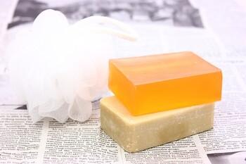 体を洗ってもにおいが取れていない気がする時、デオドラント効果のあるボディソープに変えてみるのもそうですが、皮脂汚れが残っている場合は。せっけんの方がおすすめです。皮脂汚れは酸性なので、弱酸性の物が多いボディソープより、アルカリ性のせっけんの方が汚れがすっきりと落ちます。
