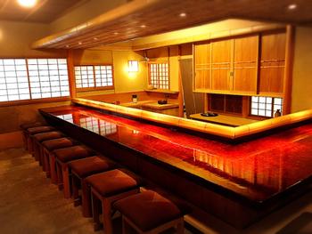 圓徳院からねねの道を通って徒歩7分ほどのカフェ。円山公園内にあり、京都らしい和スイーツが頂けます。 カウンター席は漆塗りで、高級感が漂います。