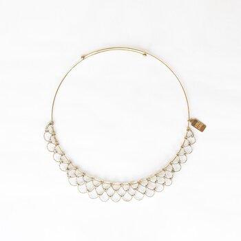 ARABESQUE Collectionには籐のほかに、和装で使われる「銀糸」を用いたHOOP SVシリーズも展開されています。こちらはまるでレースのような、繊細でエレガントなデザインが美しいChokerです。籐のジュエリーやバスケットと同じ籐工芸の職人さんによって製作されています。