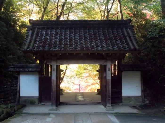 香積寺からも美しくも厳かな紅葉を楽しむことができ、特に山門からは大変美しい景色を写真に収めることができます。