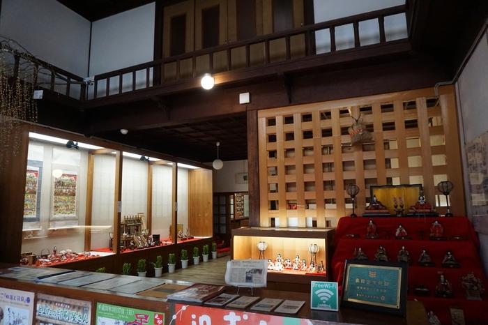 昭和57年に銀行としての役目を終えた後も、当時の様子をそのままに資料館として公開されています。足助の商業や金融に関する大事な資料などが飾られ、学ぶことができます。