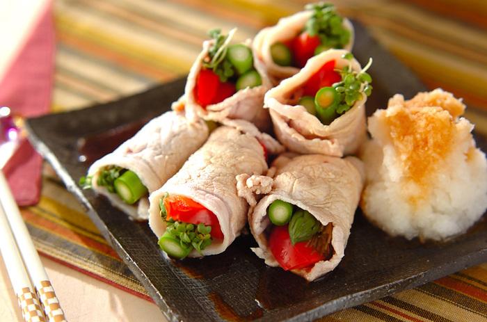 さっとゆでた豚肉に、彩りのよい野菜を巻いたヘルシーなおかず。スプラウトの香りと歯ごたえがアクセントに。